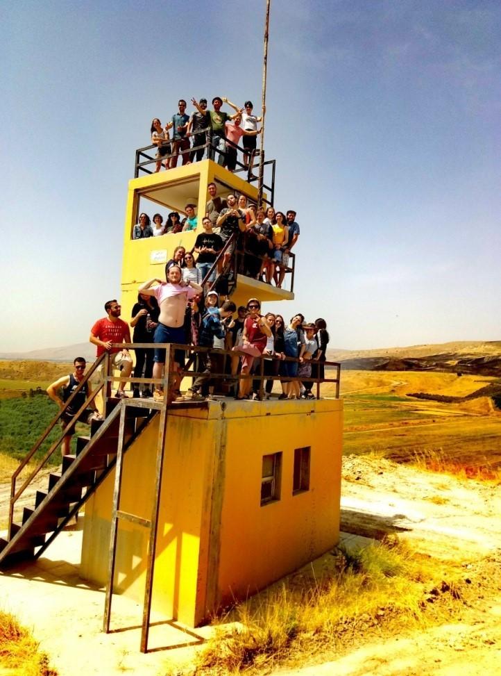 מגדל תצפית ירדני על גבעת השלום עמוס מבקרים. היו זמנים