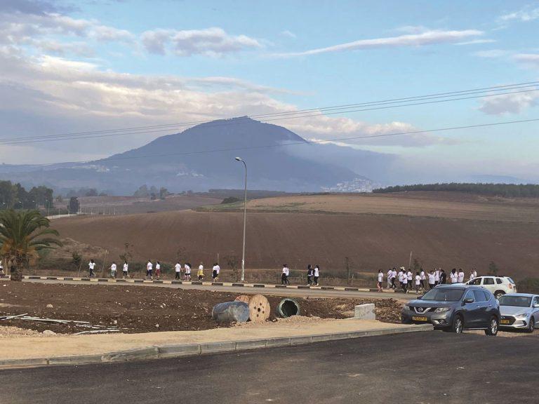 מרוץ הנשים בכפר קיש על רקע התבור