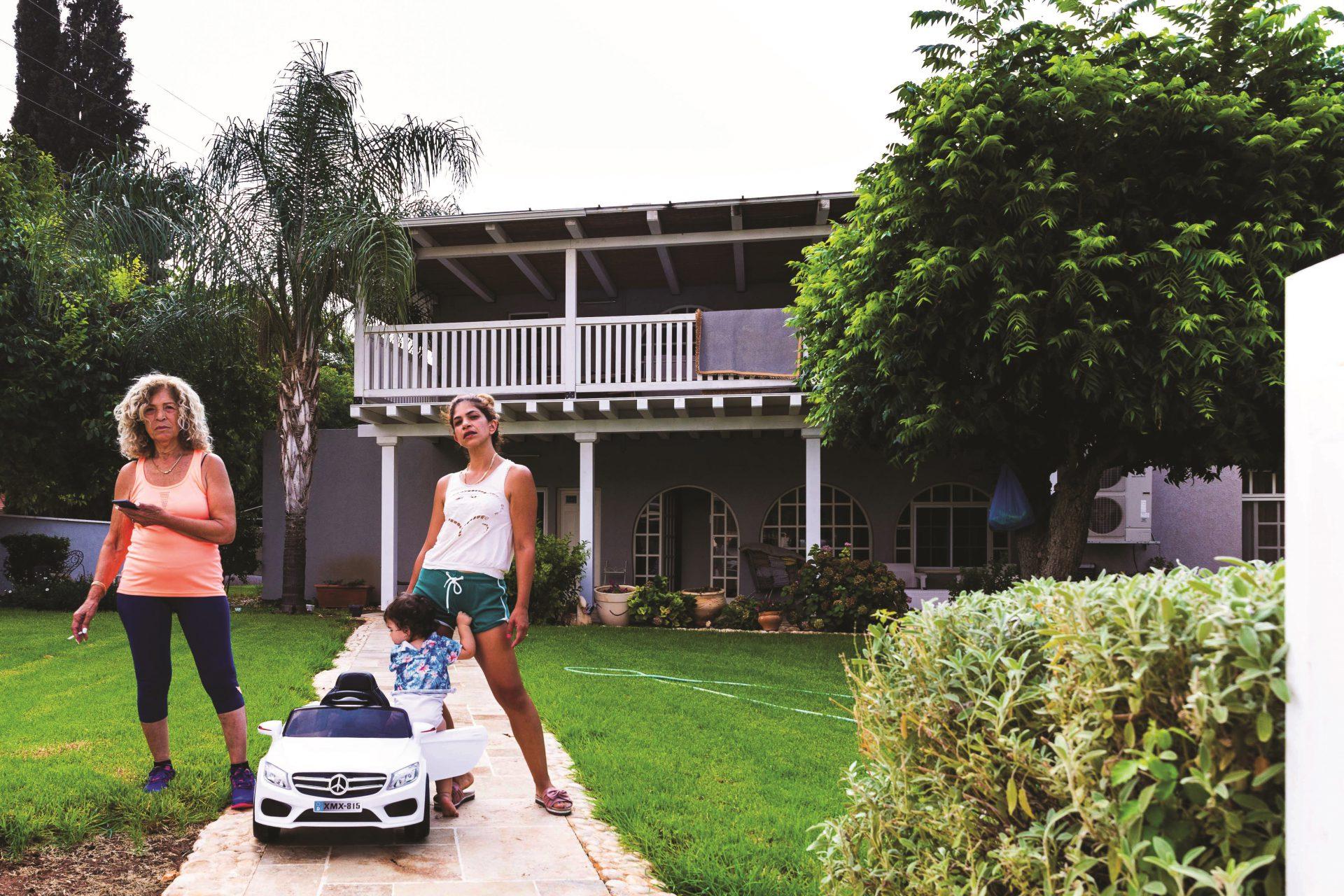 צילום אושרי חיון ברקע הבית מה זה הבית והנשיות בשבילי שלושה דורות