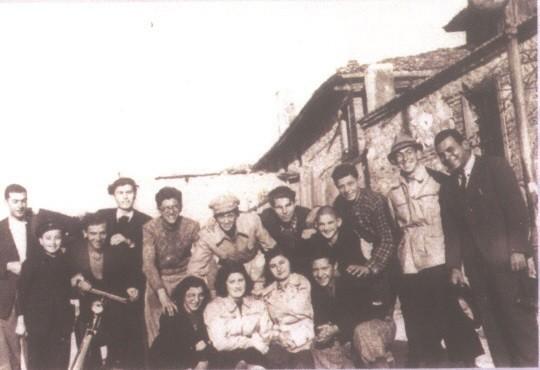 קבוצת מעפילים חברי כל תנועות הנוער כפי שצולמו בווארנה בעת ההמתנה