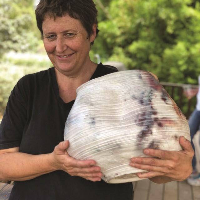 רונה וואנו ואחת מעבודותיה
