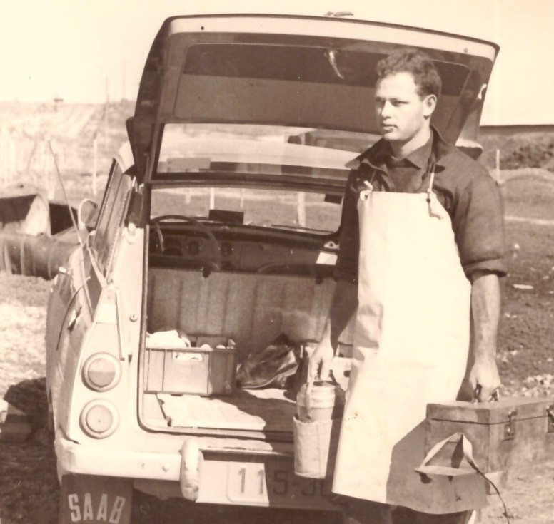 בדרך להזרעה ביד שמאל ארגז הכלים ביד ימין הטרמוס עם מבחנות זרמה 1969