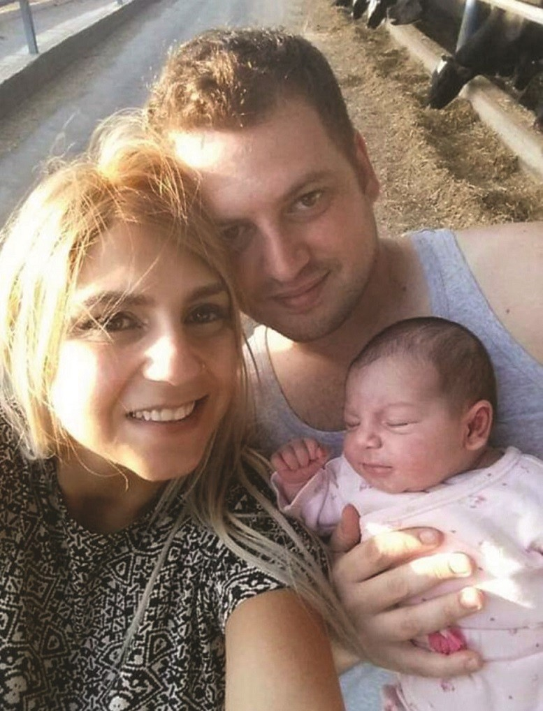 דרור וקורין צייזלר עורכים לתינוקת עימנואל היכרות עם הרפת 2