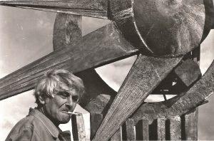 רודא בעבודה על הפסל בעיר סינדל דנמרק 1977