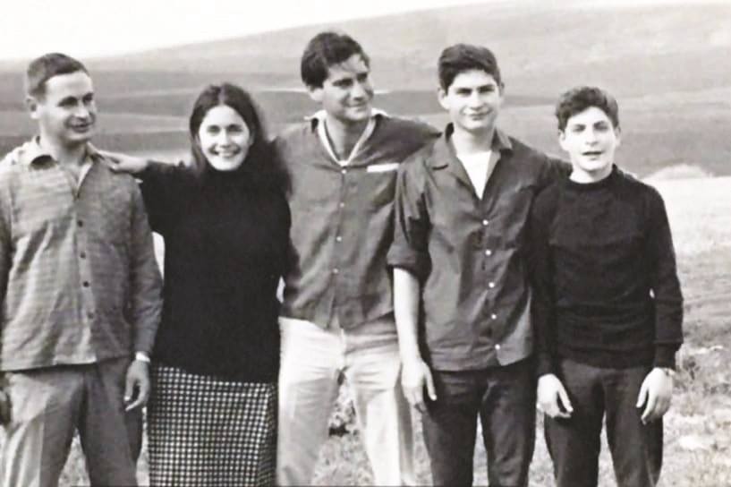 האחים שריג. מימין צחקי אייל יוסף רות ורן. 1966 ליד בית השיטה