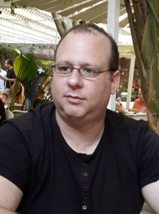 תומר לויסמן. סופר עורך ומחבר בשדה הקרב של הזיכרון