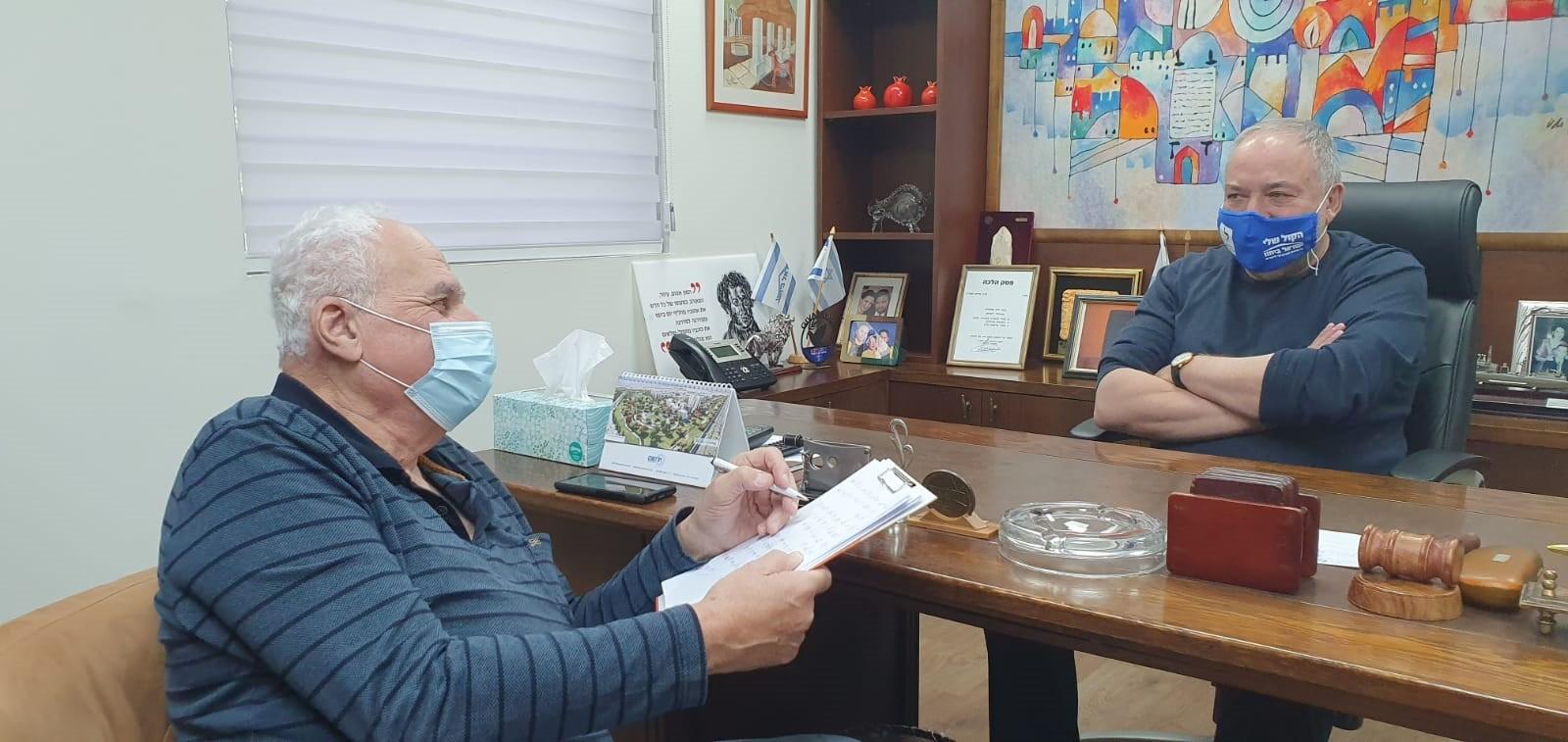 אביגדור ליברמן עם עורך העיתון. צילום טל וכסלר