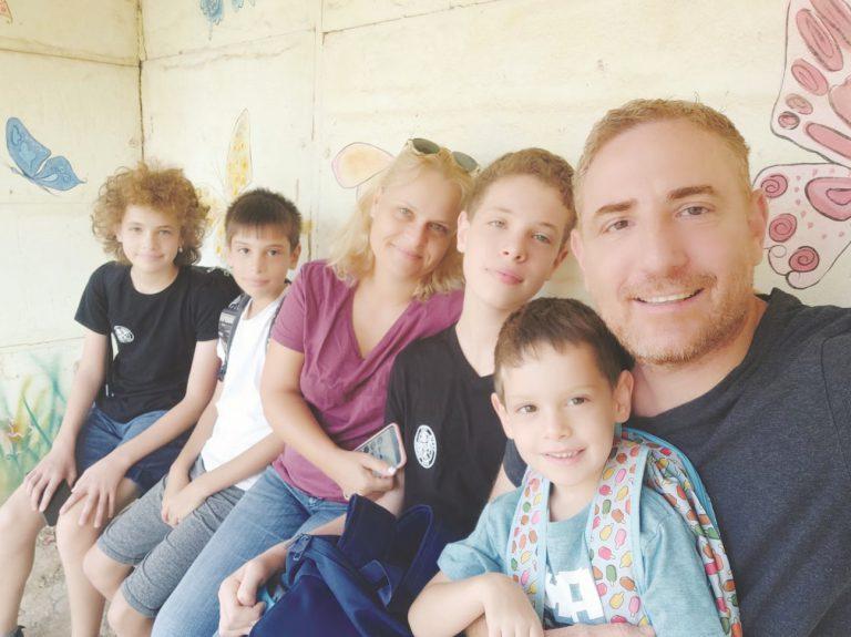 בועז והדס עם ארבעת בניהם מחכים בתחנת האוטובוס של בית הספר ב 1 בספטמבר