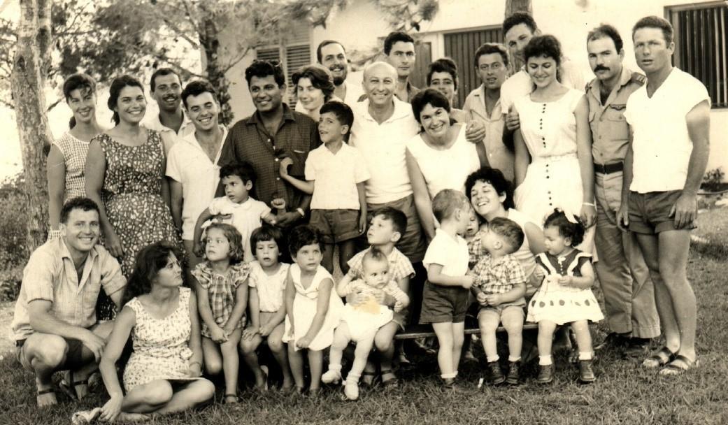 חברי עופר והילדים הראשונים נמרוד בחולצה כהה עם שני בניו