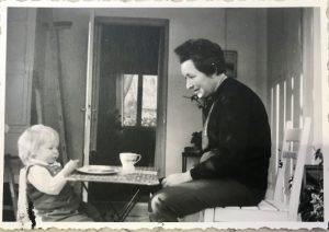 סבתא דבורה עם נכדתה שרון