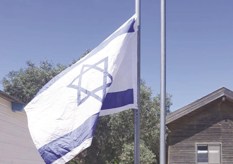 המשק של ניר מקפיד להוריד את הדגל לחצי התורן