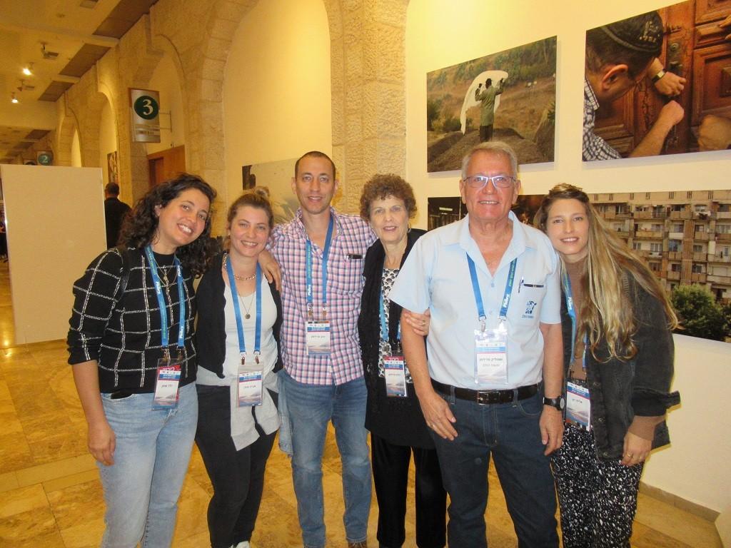 שמוליק עם משפחתו בכנס ירושלים לאחר קבלת אות יקיר הענף