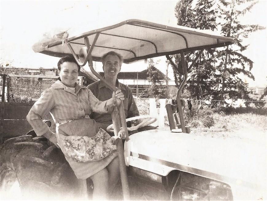 אדלה ופיוטר על הטרקטור