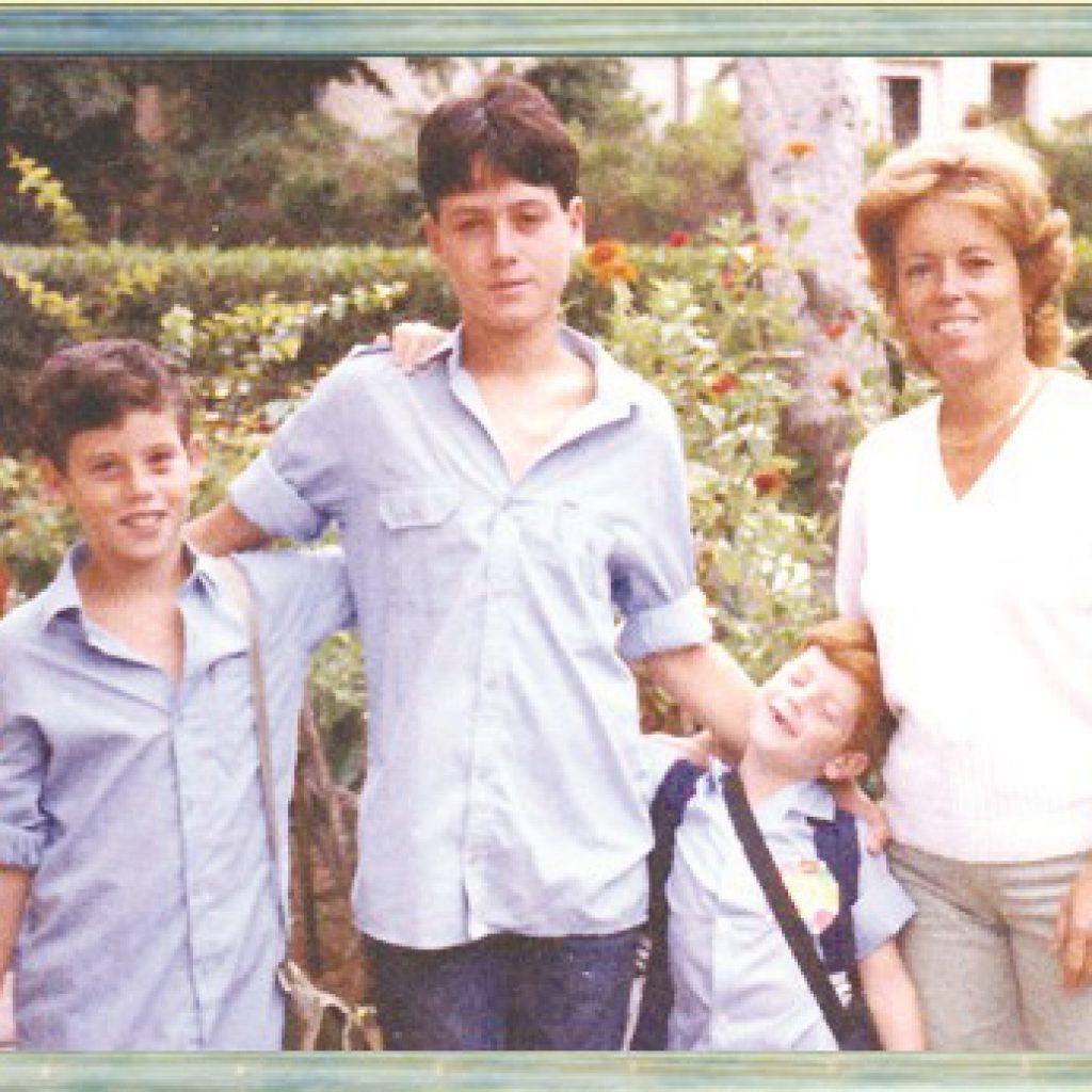 אלעד עם אימו ושני אחיו הצעירים אלון ואיל 1