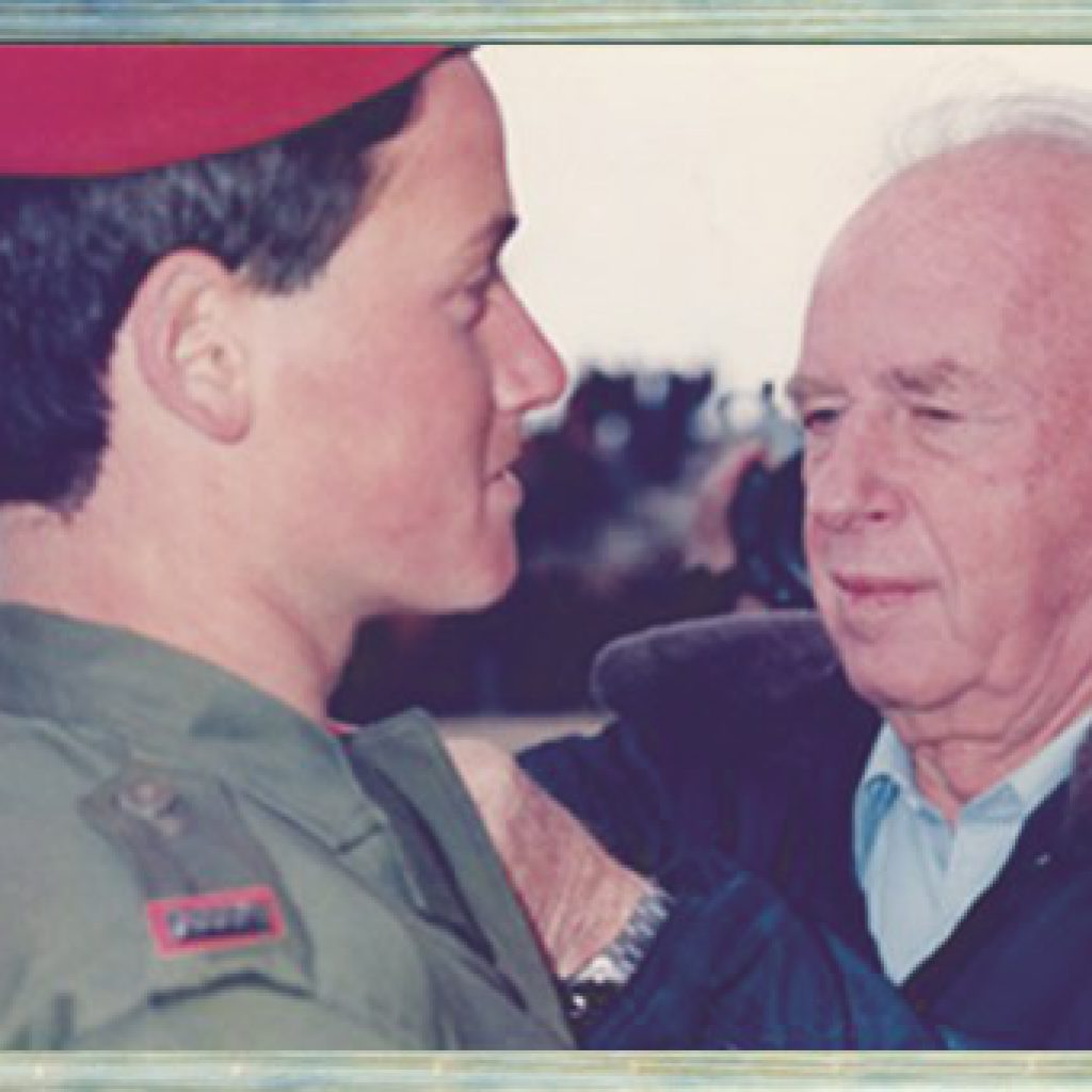 יצחק רבין מעניק דרגה לאלעד בסיום קורס הקצינים