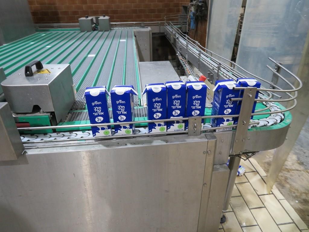 קווי הייצור אוטומטיים לגמרי וגם החלב האורגני מיוצר לשופרסל ללא מגע יד אדם