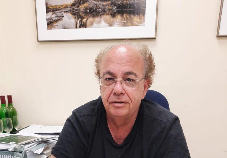 דר אבי פרל במשרדו בכרם הענבים בוולקני