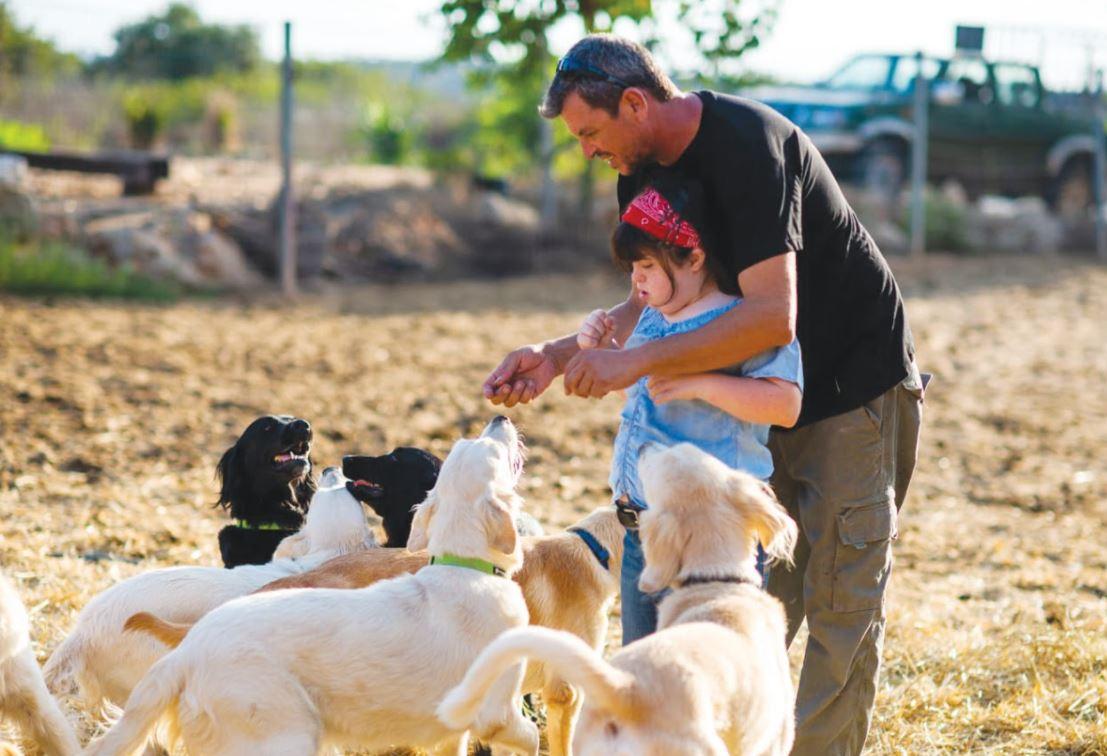 אביגיל מורה לחיים מנהל מרכז שבילים לכלבנות טיפולית ובתו