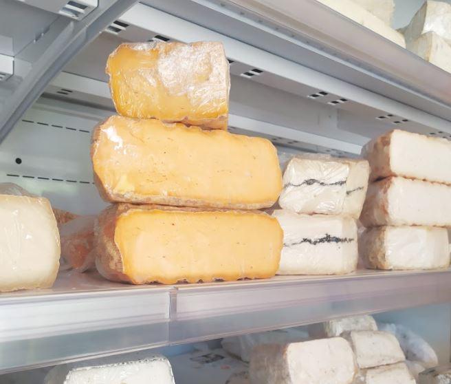 גבינות משק שוורץ במעדניות