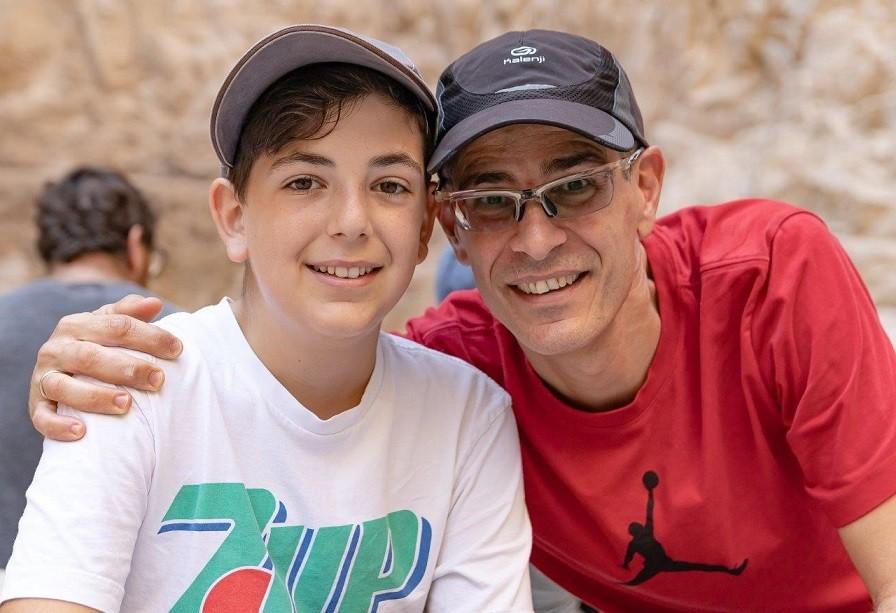 אב ובנו בפעילות בשביל הבגרות במדבר יהודה צילום ארנון דה שליט
