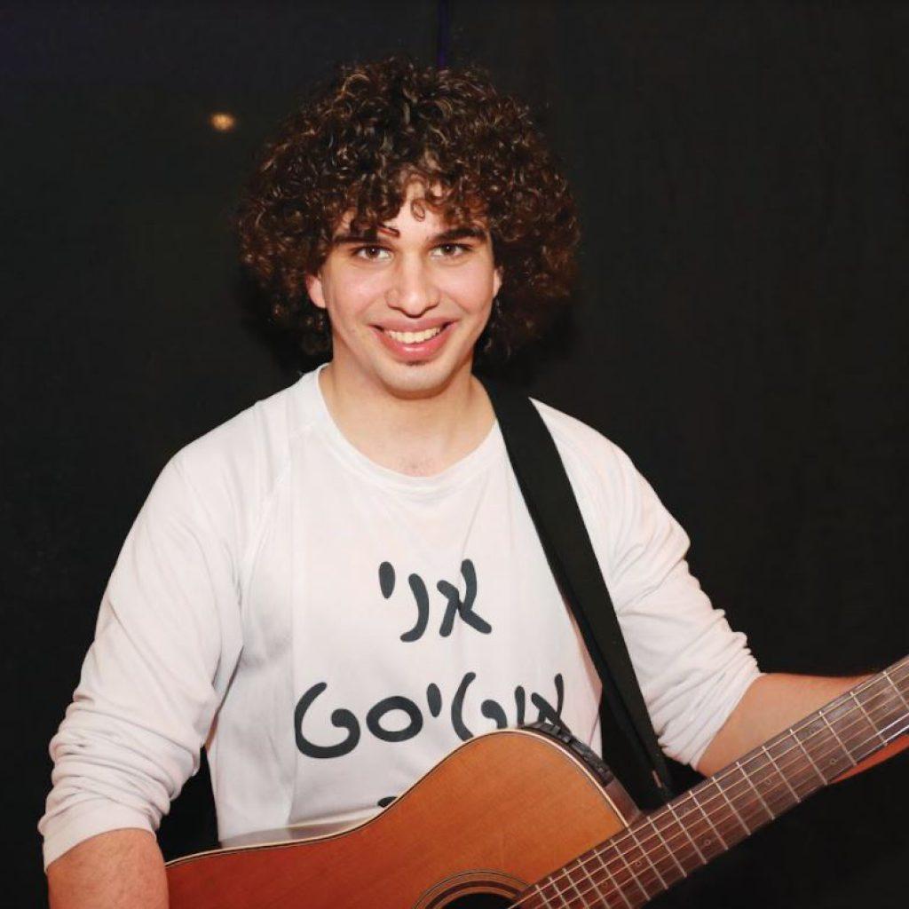 דניאל עמית והגיטרה צילום אור גפן