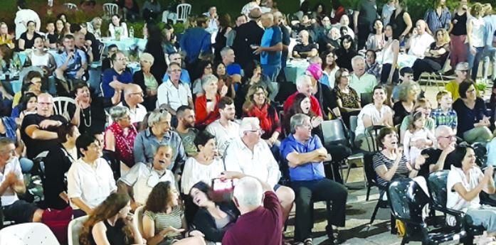 חברי קיבוץ בית השיטה וקיבוץ כפר עזה שרים יחד