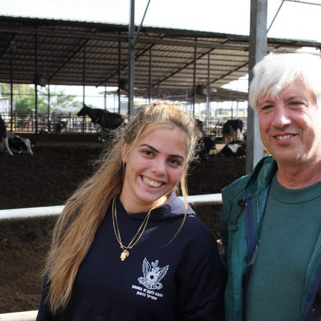 ממשיכים בכל עבודות הרפת וגם דואגים לרווחת הפרות