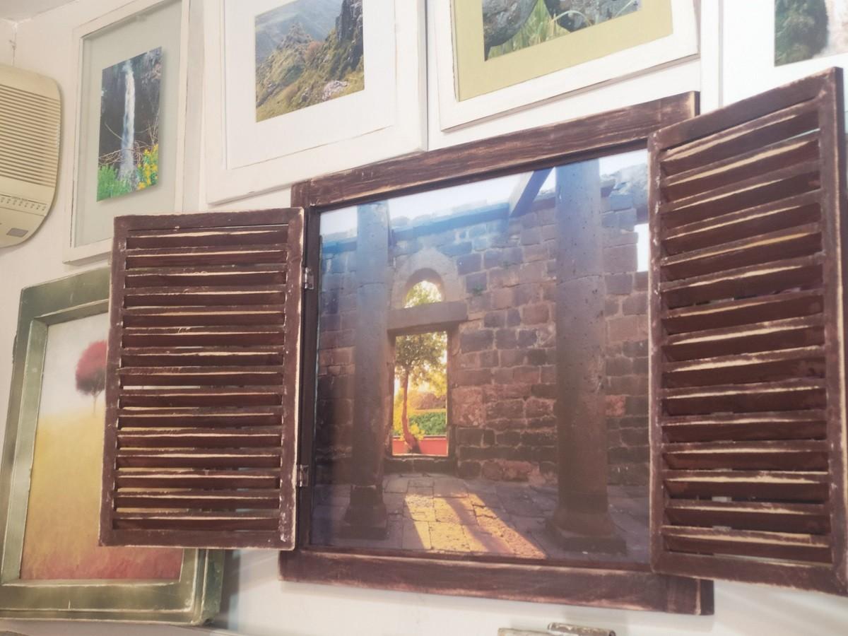 צילום משולב במסגרת חלון עם תריס ישן - כפר האמנים במושב אניעם