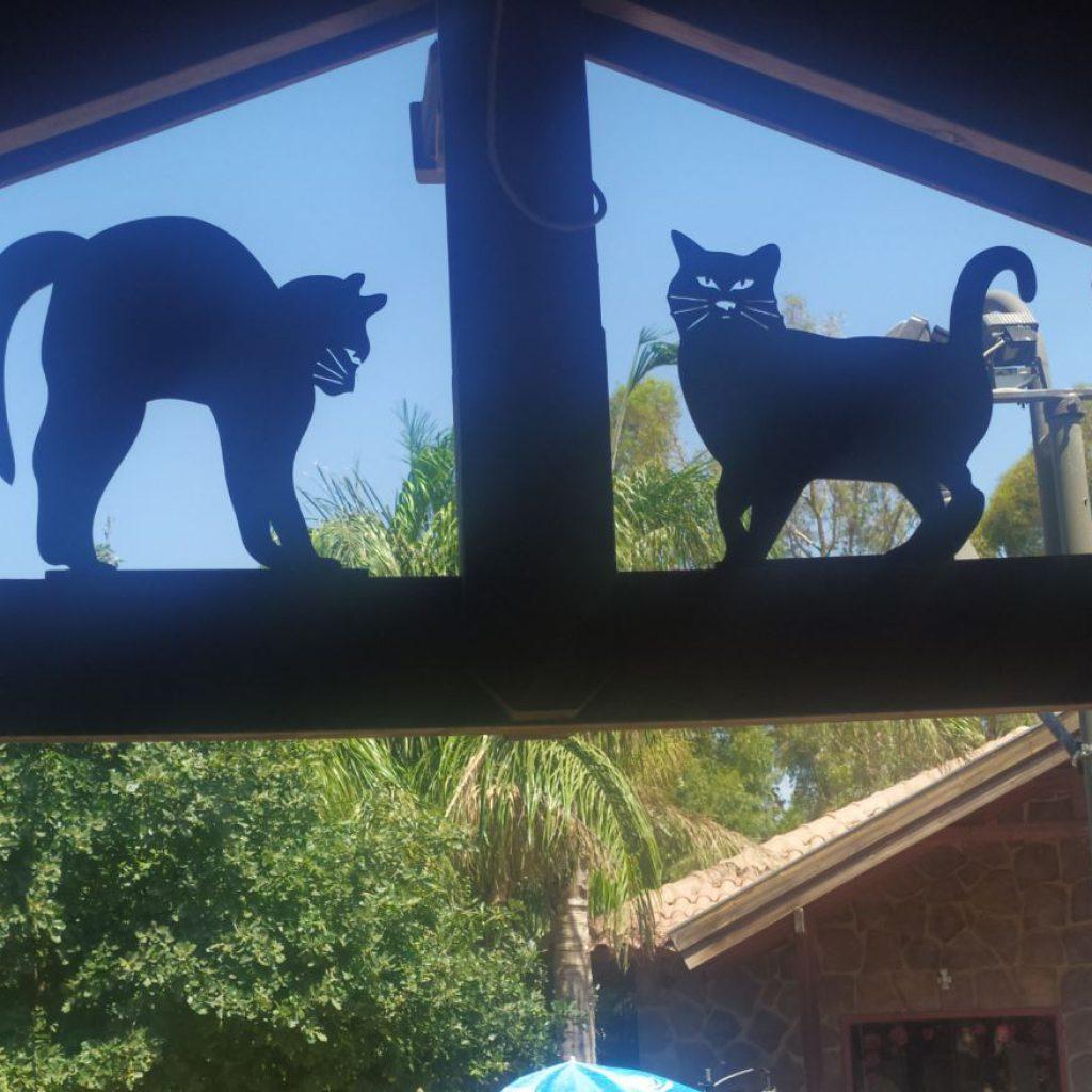 צלליות חתולים בחיתוך לייזר - כפר האמנים במושב אניעם