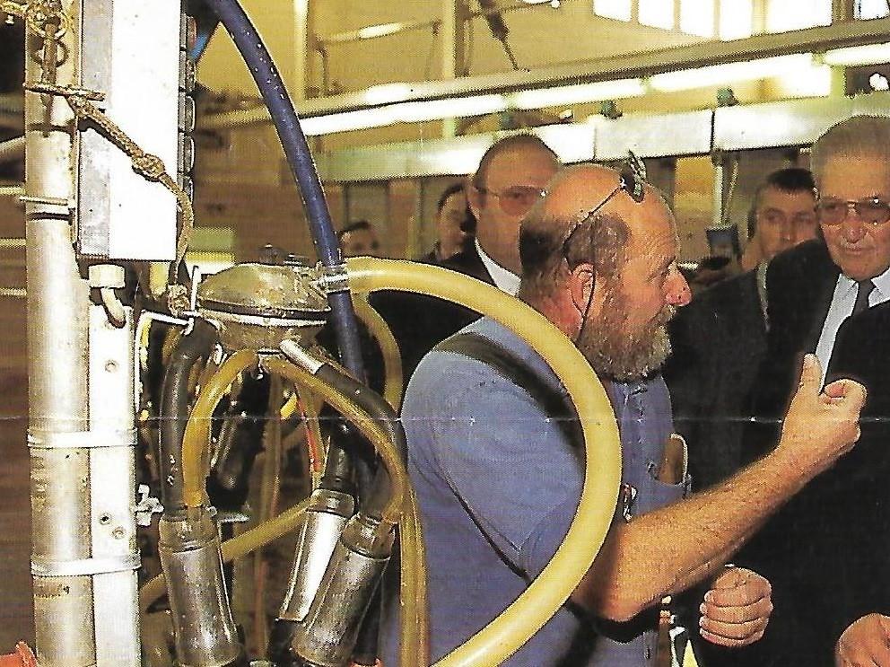 רלף מסביר על מכון החליבה ברפת צרעה לנשיא המדינה עזר ויצמן