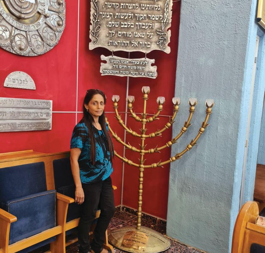 המדריכה מירה אליה בבית הכנסת קוצין במושב נבטים