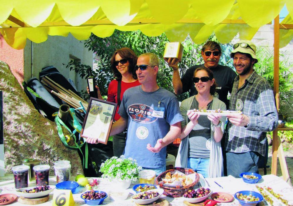 המשפחה זוכה בתחרות כבישת זיתים באמצע מיטל וזיו מימין האח אסף ומאחור ההורים
