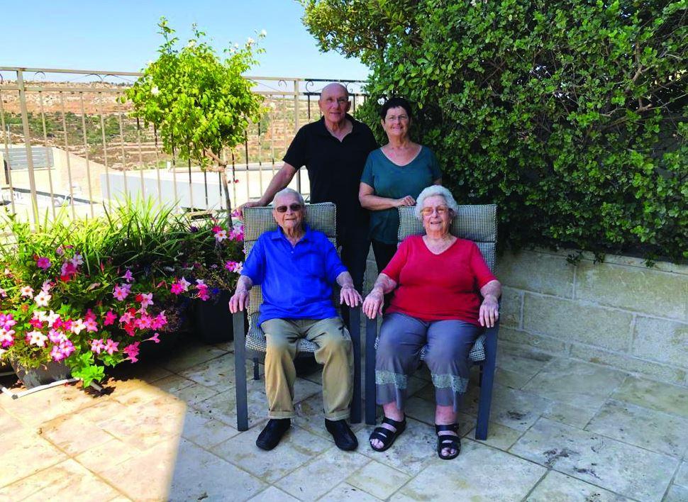ישי ורננה עם הוריה של רננה אברהם ותמר