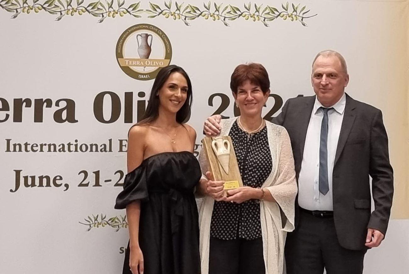 אראלה מקבלת את הפרס הנכסף אחד מעשרת השמנים הטובים בעולם