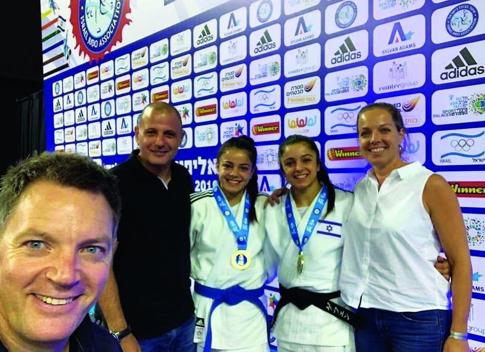 המשפחה הגאה של כרם פרימו עם המאמן שני הרשקו
