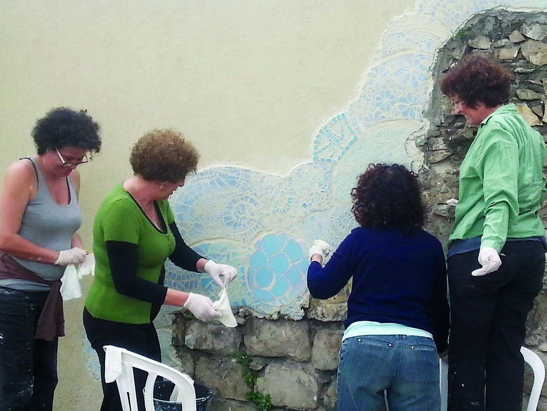 נשים יוצרות פסיפס בבית הגפן בחיפה